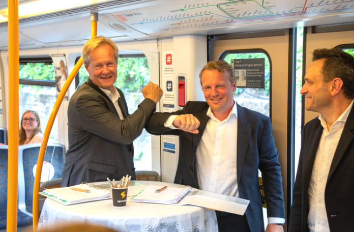 Cato Hellesjø from Oslo Metro, Telia Norway Head of Enterprise Market Jon Christian Hillestad and city council representative Arild Hermstad marked the contract signing in a metro car.